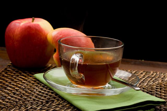 Xícara com chá de maçã