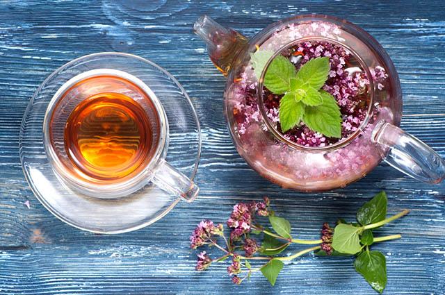 Xícara com chá de orégano