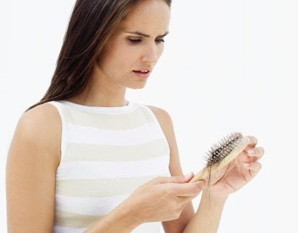 Mulher que sofre com a queda de cabelos