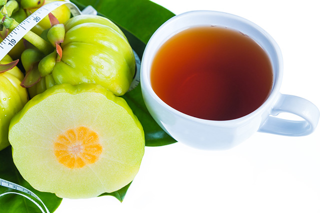 Xícara com chá de garcínia
