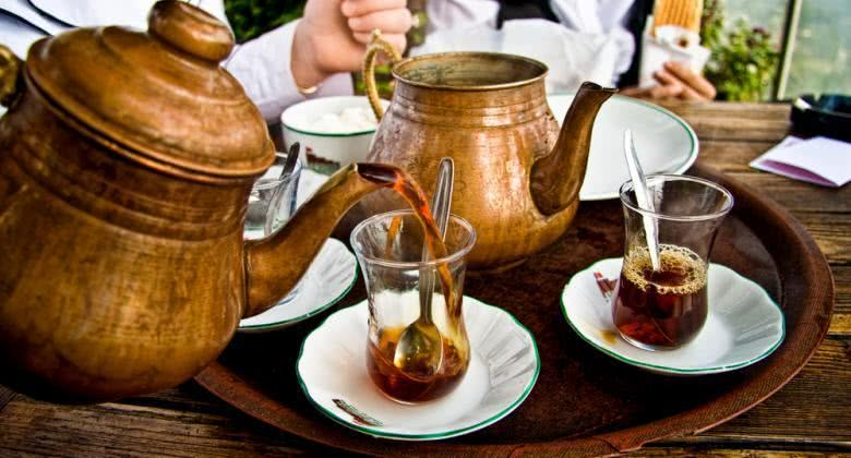 Aprenda a preparar o refrescante e saboroso chá de menta marroquino