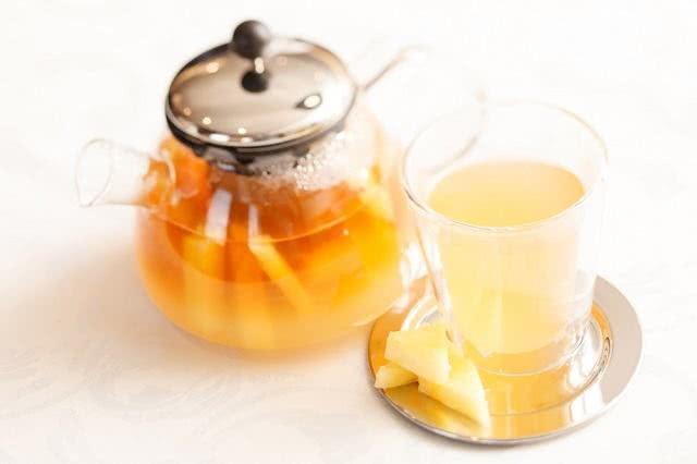 Conheça os benefícios do chá de abacaxi com hortelã