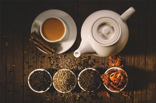 Imagem de bule, xícaras e ervas de chás
