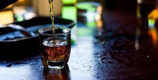 Aqueça o frio à base de chá quente com uísque