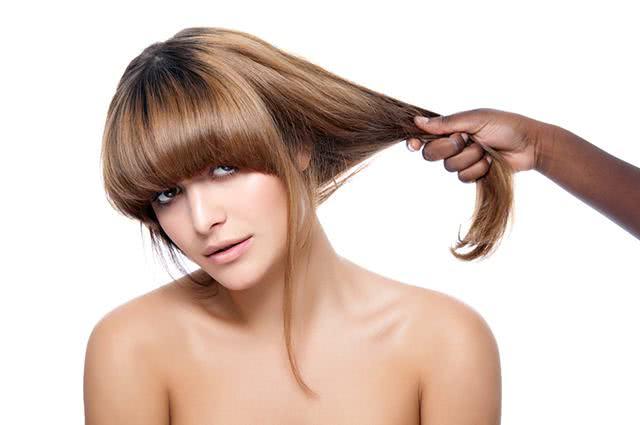 Imagem de mão puxando cabelo de mulher