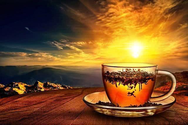 Imagem de xícara de chá direcionada para o sol