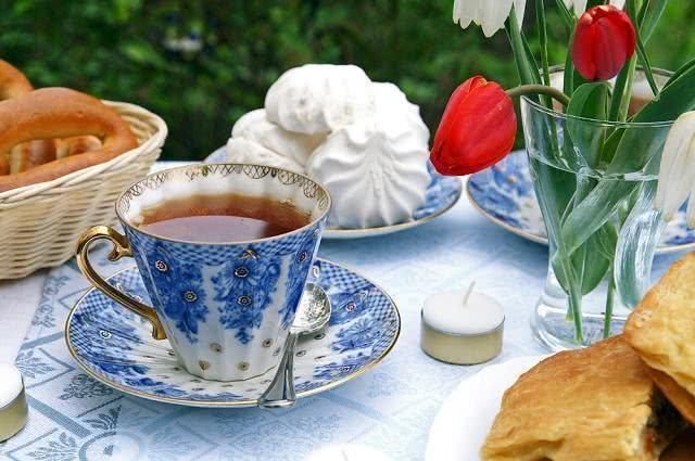 Imagem de xícara de chá em mesa de comidas