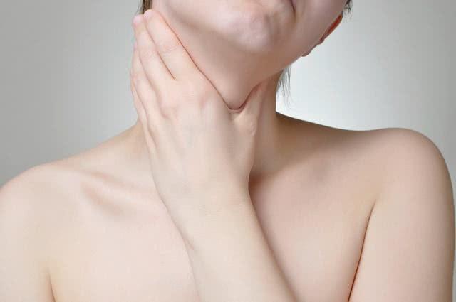 Imagem de mulher com a mão no pescoço