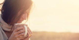Relaxe no outono com chá calmante de maracujá, camomila e cidreira