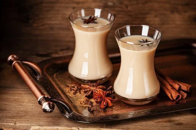 Saiba como adicionar leite em seu chá corretamente