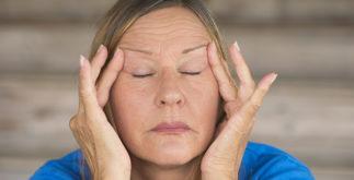 Aprenda a fazer um chá para combater a menopausa, insônia e irritabilidade