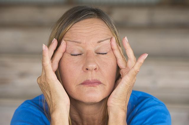 O chá com mix de ervas pode tratar a menopausa e sintomas como a irritabilidade e insônia
