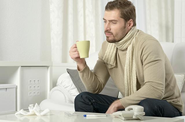 Homem doente tomando chá