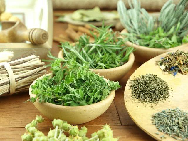 Aprenda receita de chá feito com ervas finas