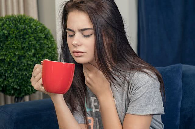 3 receitas de chás que você deve tomar para combater dor de garganta