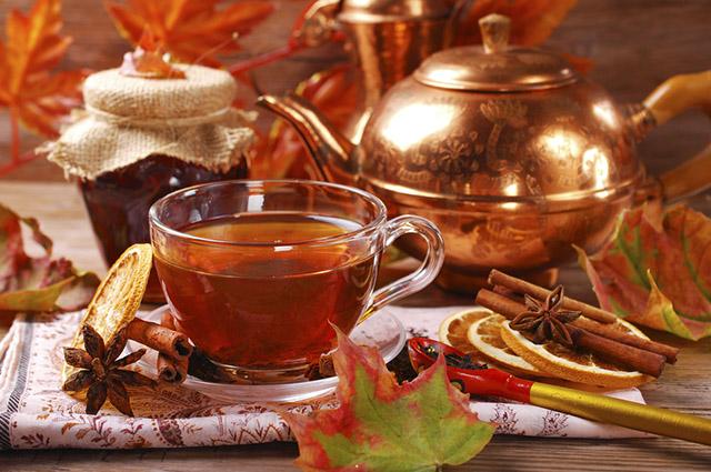 Fazer chás utilizando sobras de frutas e verduras que seriam descartadas é uma boa aposta