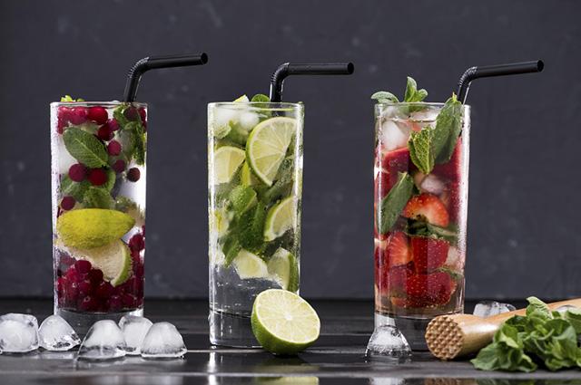 Chás, frutas, gelos e muito sabor com os drinks feitos com chá