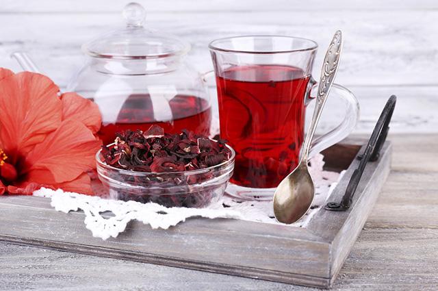 Chá de hibisco tem sabor amargo, mas você pode deixá-lo melhor