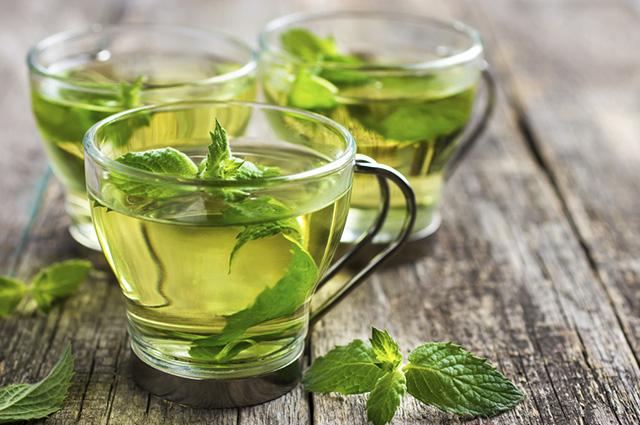O chá de hortelã previne inchaços e celulites, além de promover a queima de gordura