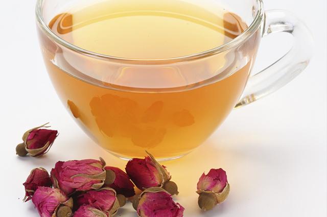O chá de pétalas de rosa tem sabor sutil e agradável, sendo importante para o emagrecimento