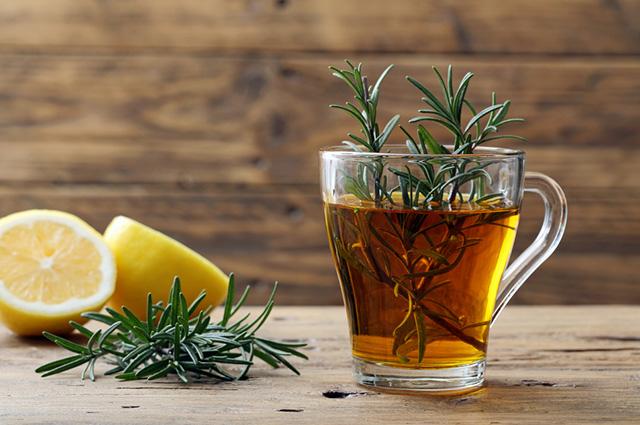 Xícara com chá de alecrim