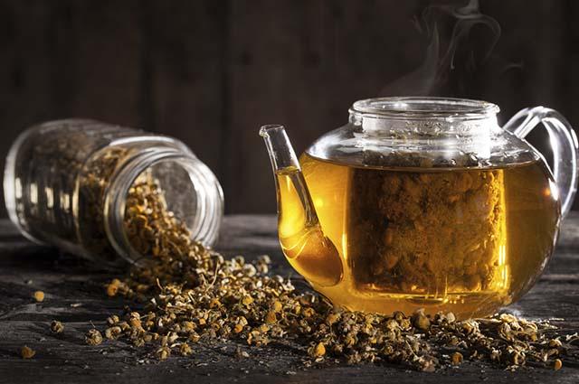 Entre as principais propriedades do chá de camomila estão a calmante e a digestivas