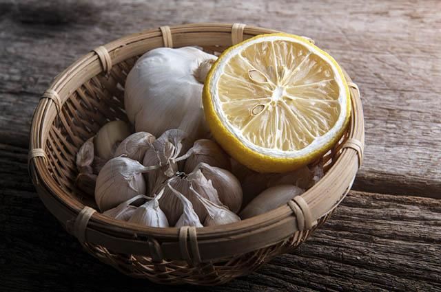 Você pode adoçar o chá de limão com alho com mel
