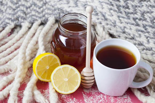 O chá de limão com mel facilita a digestão