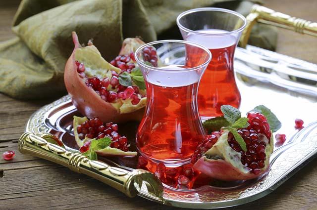 É indicado fazer chá de romã para tratar infecções na garganta e gripe