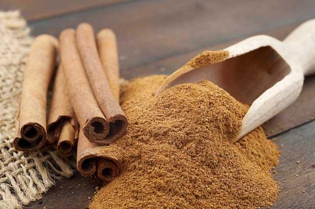 A canela é termogênica, por isso consegue aumentar o metabolismo, intensificando a queima da gordura
