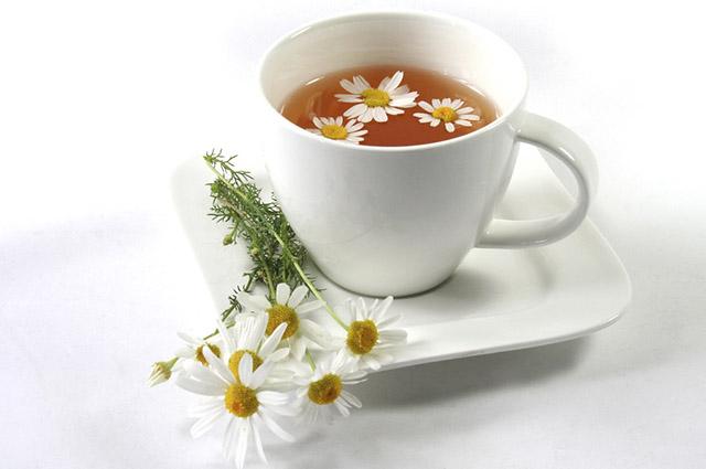 O chá de camomila é um exemplo de chás que podem ser ingeridos durante a amamentação
