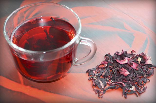 O efeito diurético do chá de hibisco elimina mas também evita a gordura na barriga