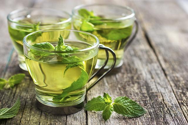 É possível tratar febre, diarreia e dor no estômago fazendo e tomando chá de hortelã