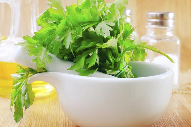 Por ter propriedades diurética, o chá de salsa combate pedras nos rins e emagrece