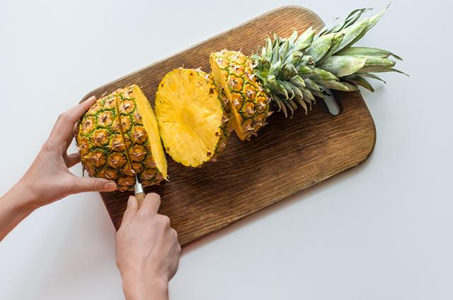 Por ser rico em vitamina C, o abacaxi consegue reforçar o sistema imunológico