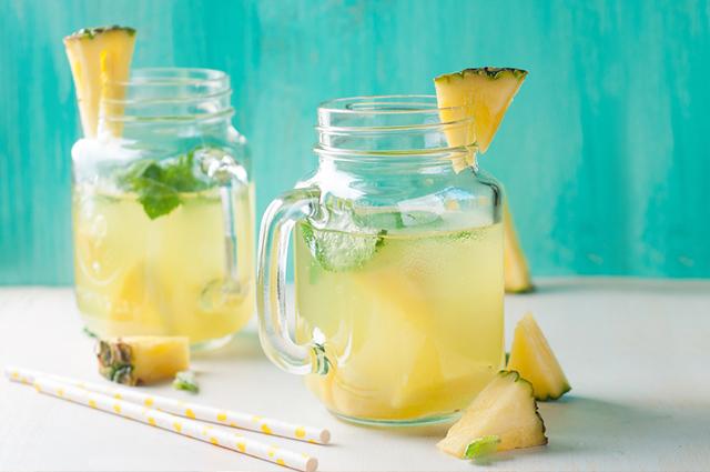 O chá de abacaxi com canela pode ser combinado com ingredientes que potencializam seus efeitos