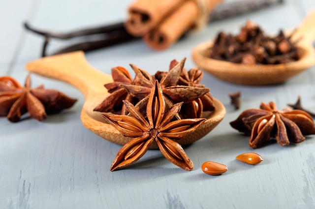 O chá de anis estrelado com camomila otimiza o processo digestivo, eliminando gases