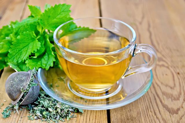 O chá de erva cidreira compõe a lista dos chás para ansiedade