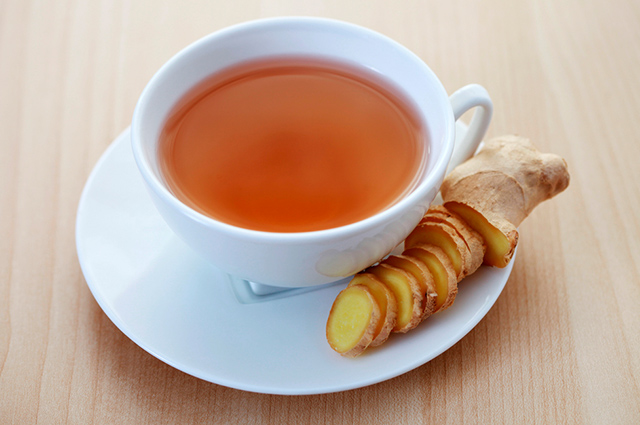 Xícara com chá de gengibre