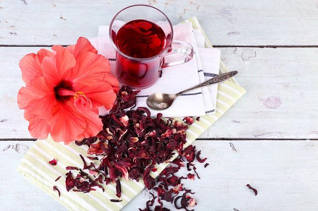 O chá de hibisco compõe a lista de chá para emagrecer caseiro
