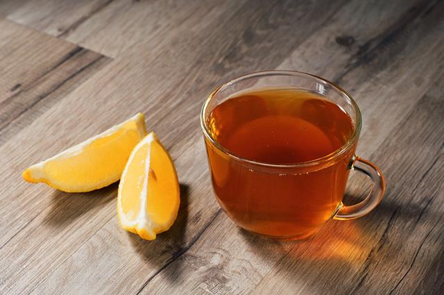 O chá de casca de abacaxi, laranja e gengibre compõe a lista de chá para emagrecer caseiro
