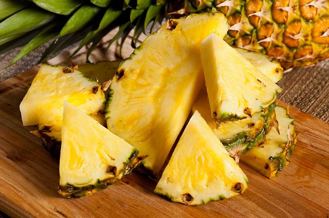 O abacaxi ajuda tanto a facilitar a digestão quanto o funcionamento do intestino