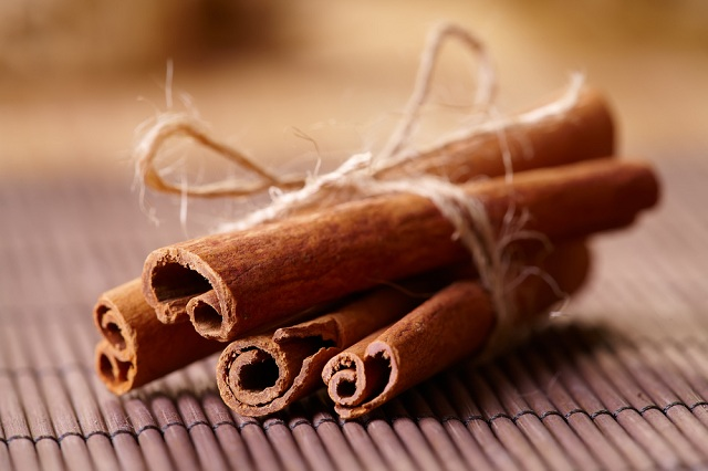 O chá de canela serve para combater infecções e regular ciclo menstrual