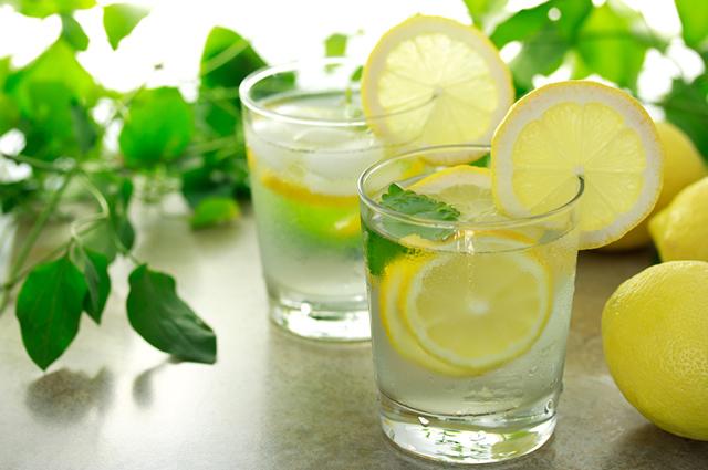 O suco detox de gengibre e chá verde é um poderoso termogênico, indicado para emagrecer