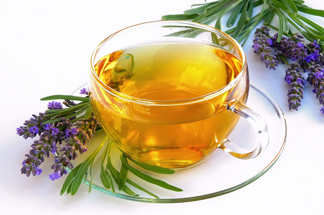 O chá de alfazema trata dores e sintomas da enxaqueca
