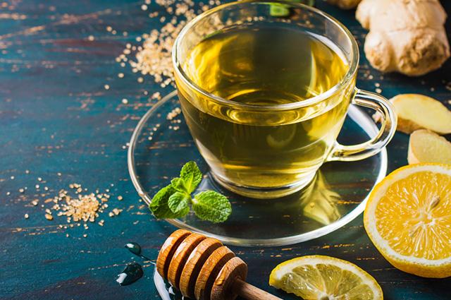 O chá de limão com gengibre e mel é indicado para tratar a rouquidão