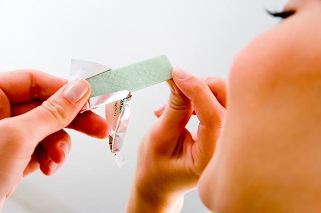 Mascar chiclete é um dos tratamentos caseiros para azia