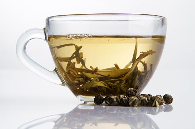 Xícara contendo chá branco