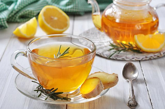 Chá de alecrim em xícara