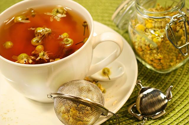 Chá de camomila na xícara